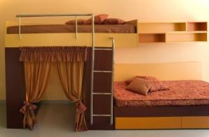 dormitor cu pat supre etajat