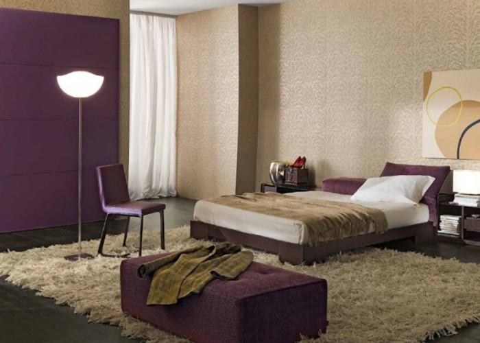dormitor cu tapet purpuriu